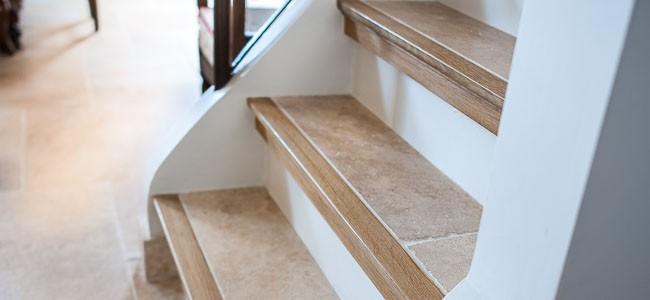 Nez de marche dans une maison rénovée de style provençal.